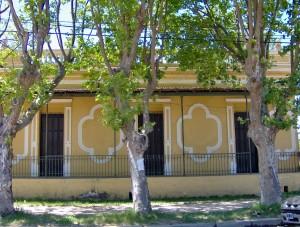 Antigua casa sobre el canal, en Carupá.
